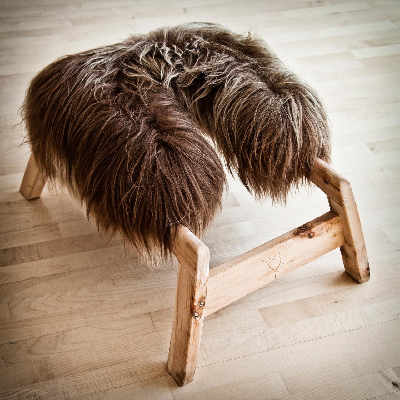 Die frau schnuck, aus markantem, duftendem zirbenholz gefertigt, bedeckt mit einem weichen, wohltuendem heideschaf (heidschnuck)