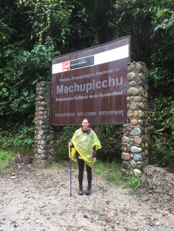 """Eingang rückwärst: Während die Tagestouristen vom Schild Maccu Picchu begrüßt wurden, war es für uns Inka-Trail-Läufer eher das """"Goodbye-Logo"""". Nach über 45 Kilometern (wir sind nämlich sogar noch bis ins Tal gelaufen)"""