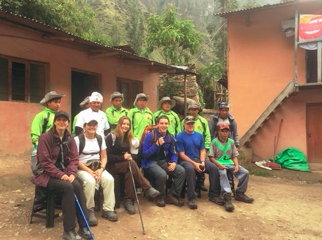 Die ganze Truppe: 8 Porteros und 2 Guides für 5 Touristen