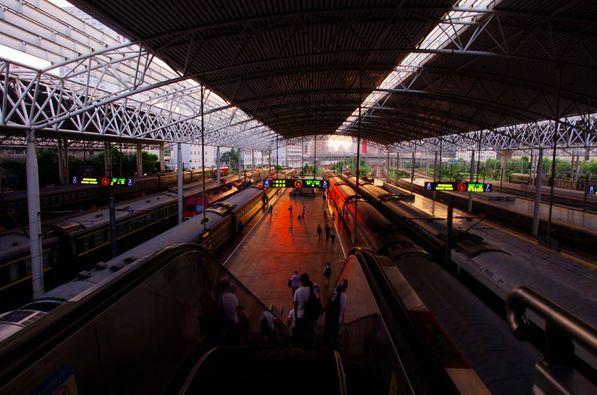 小松空港から上海まで2時間あまり! 空港から上海駅まではかなり離れている。3時間以上の余裕があったにも拘わらず、1836発の西安行きの列車に乗ったのが1825!とにかく人は多い、英語、日本語は通じない! 僕にしては珍しく「もう、お家に帰る〜!」状態になってしまった!