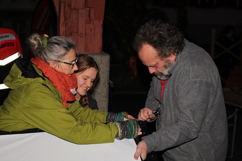 Foto: Rainer Hauenschild: Katja Nickl, Annika Kroll und Theo Schmid beim Aufbau der Leinwand