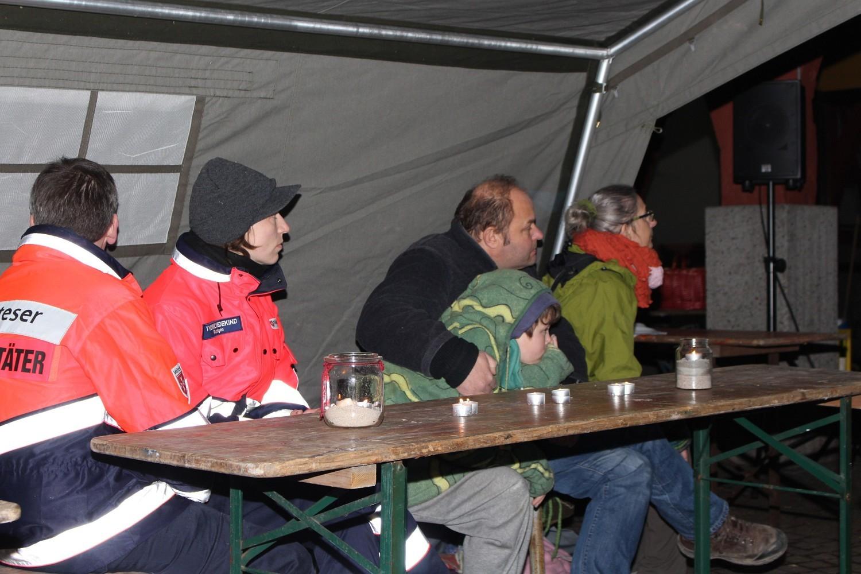 Foto: Rainer Hauenschild: Im Zelt der Malteser konnten die Beiträge gut verfolgt werden.