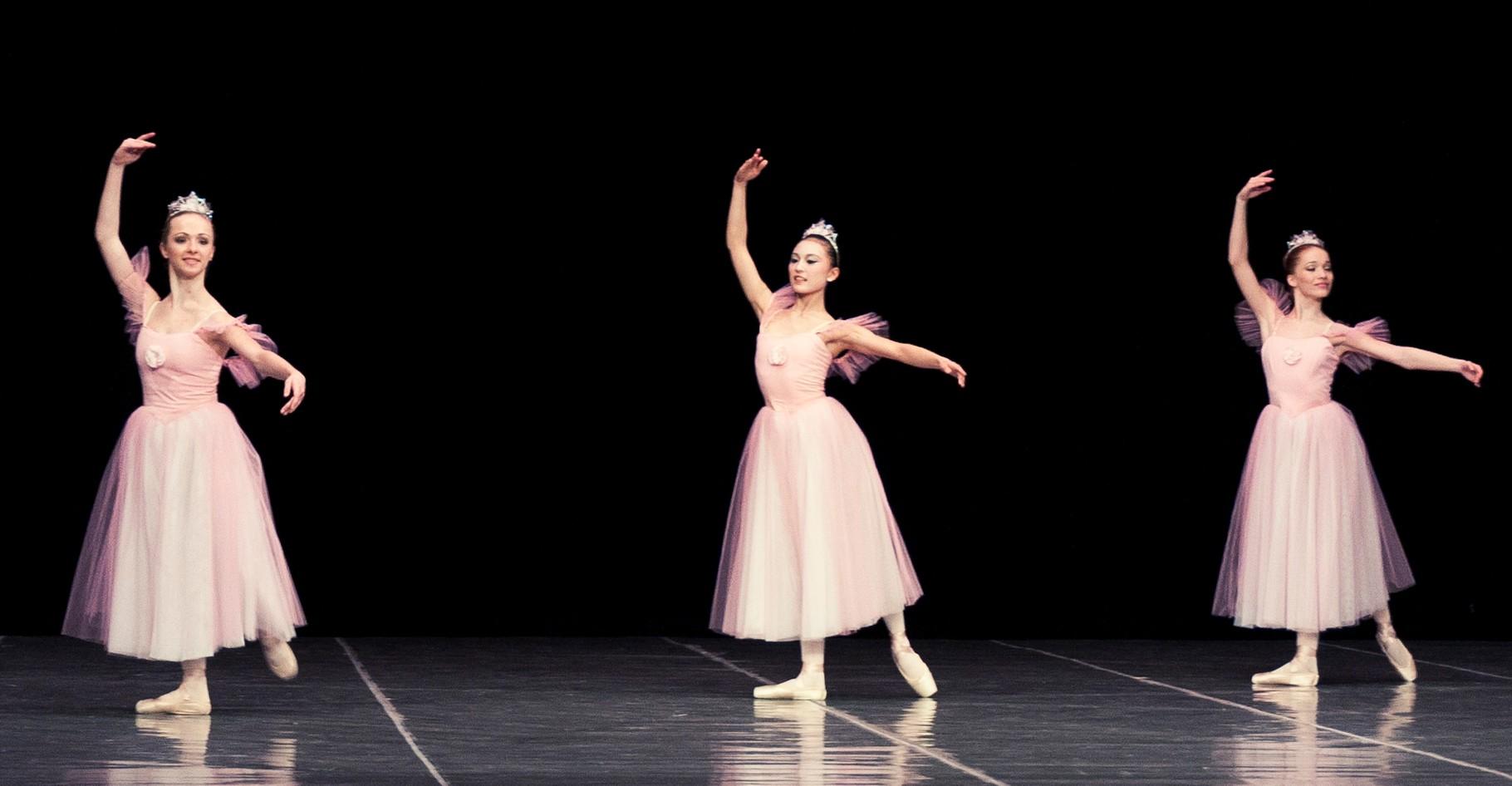 卒業生 染原令奈さん  アメリカ研修を経てEUにて研修中 2012年3月スロバキアに11日間滞在しスロバキア国立舞踊院との学校交流に参加(日本・スロバキアバレエ学校初交流。写真は学校交流のステージより)