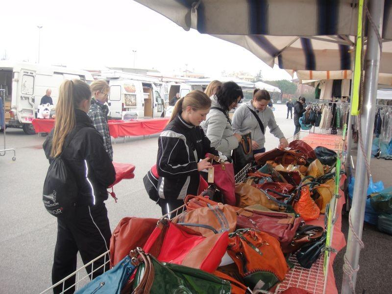Markt in Caorle - bald hat es keine Handtaschen mehr!