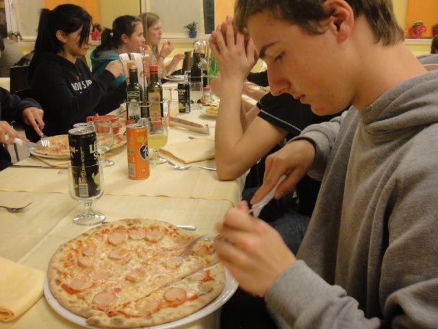 Florian mit Pizza Wurstel