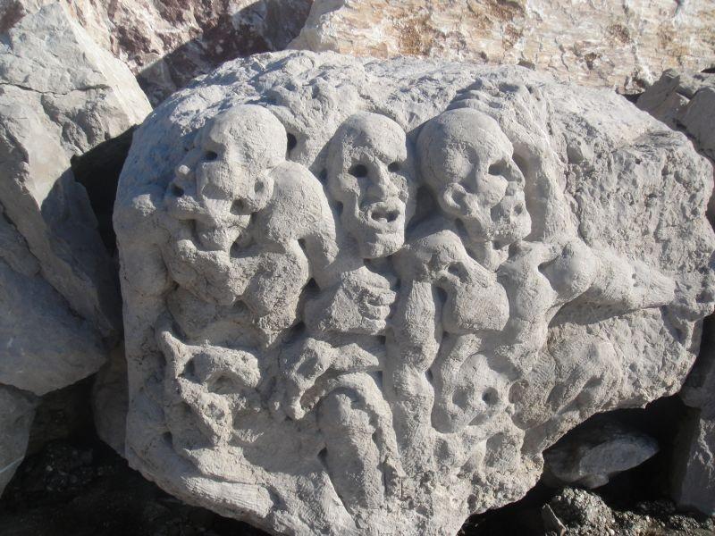 Behauene Steine entlang vom Strandweg
