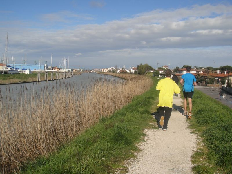 Fabienne, Gabriel und Florian wagen sich mit den Läufern auf eine längere Laufrunde