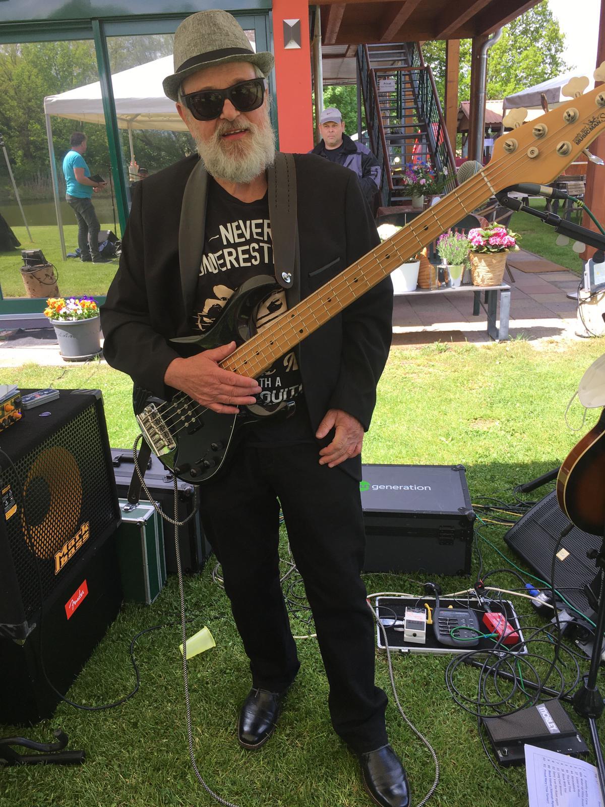 Rainer Rostock ( Bass)