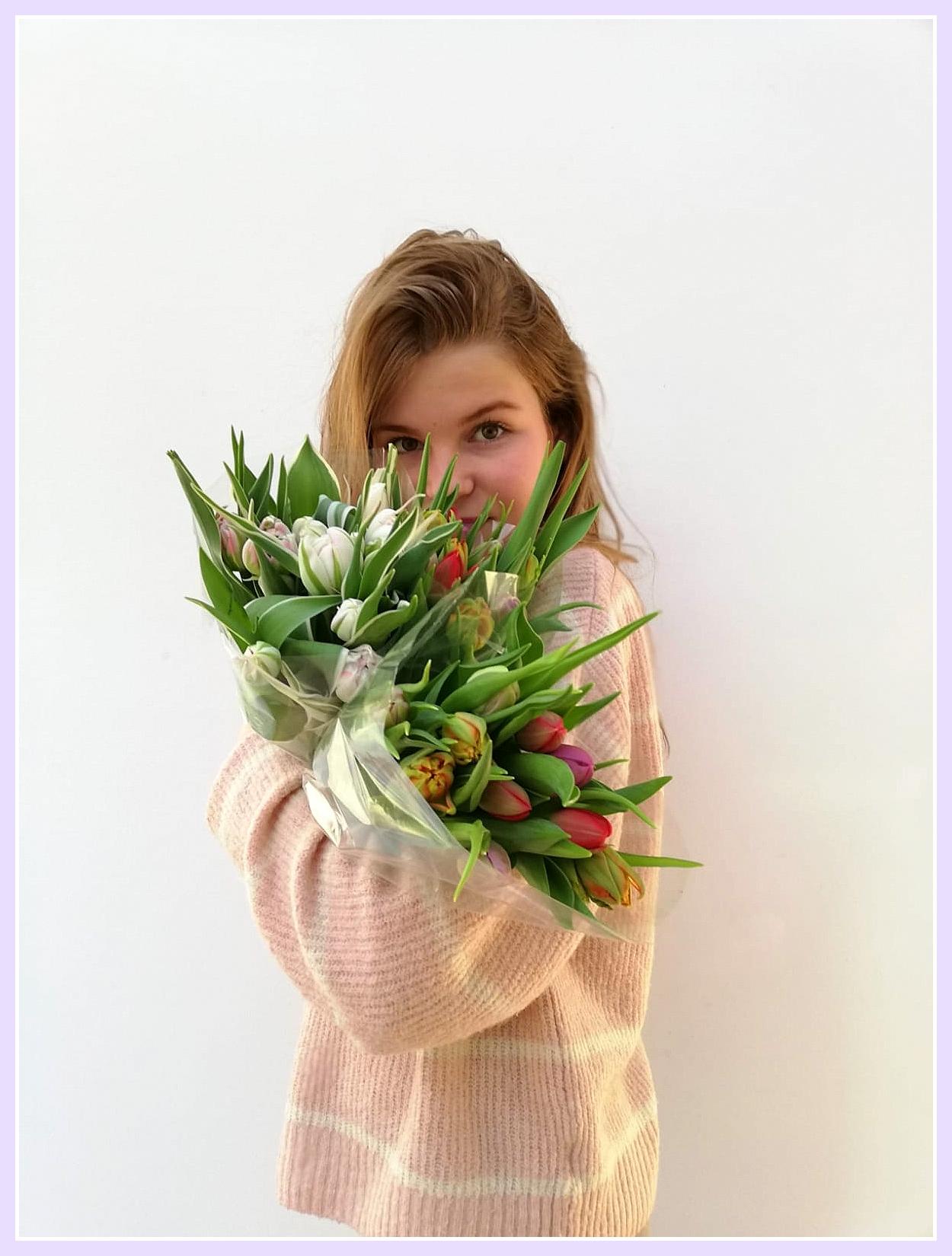 Mijn lieve dochter met frisse tulpen