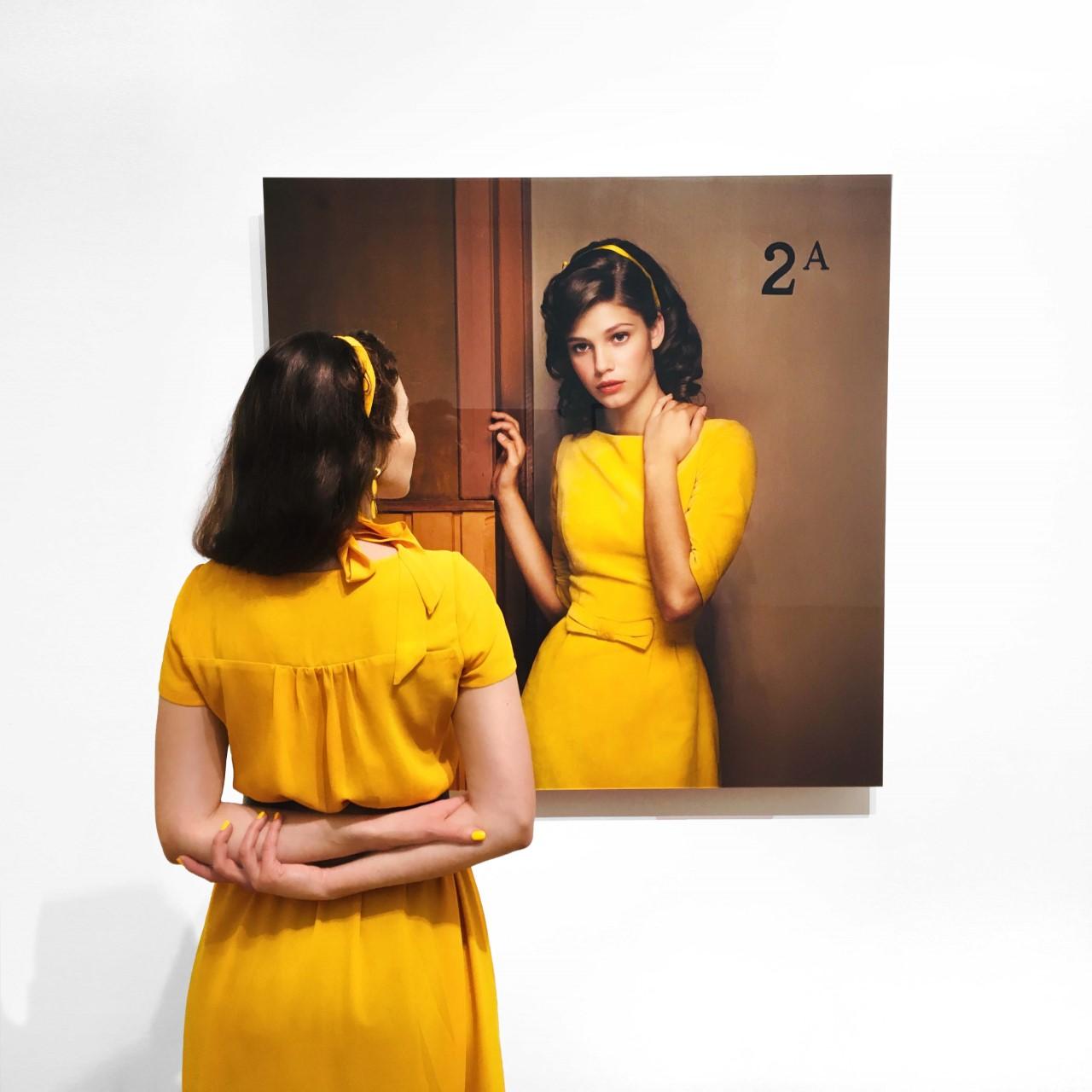 Zelfportret met Erwin Olaf's 'image 5' uit 2007 van de serie 'Hope' in het Kunstmuseum Den Haag (2019)