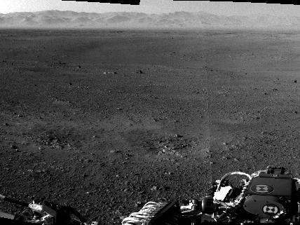 Der Kraterrand des Gale-Kraters, aufgenommen von der Navigationskamera, die auf einem Masten sitzt.