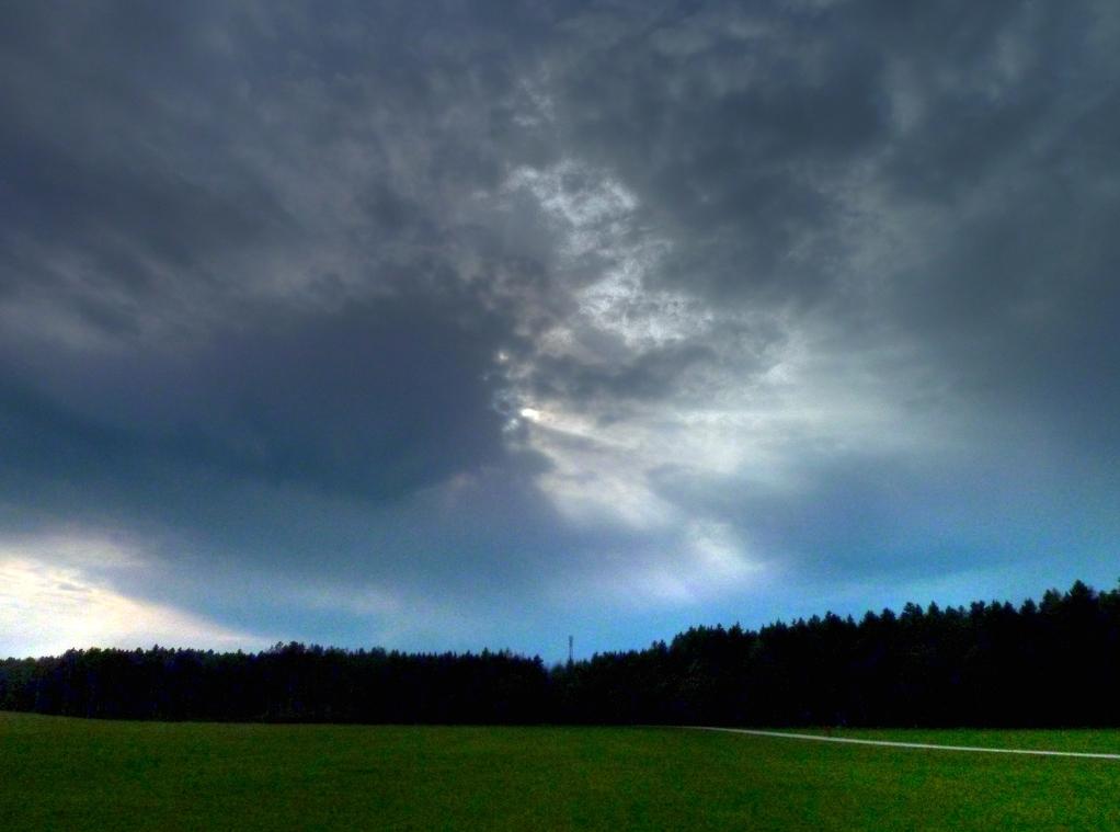 Die Sonne tut sich schwer gegen die Wolken - obwohl sichtbar ist, dass die Wolkenschicht nicht sehr dick ist!