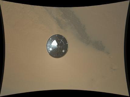 """Das Hitzeschild (4,5m) des Mars-Rovers """"Curiosity"""", aufgenomen vom Marschflugkörper, ca. 16 m unterhalb und ca. 2,5 Min vor dem Aufschlag auf der Marsoberfläche."""