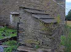 arrière du puits et toit recouvert de palis