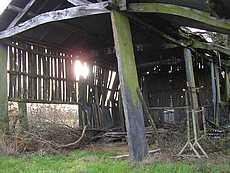 hangar : palis servant de pilier support charpente