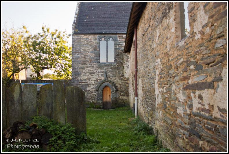 L'église, vue du jardin, porte gothique flamboyant