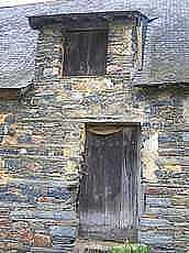 étable ou cellier le bas de la porte est plus large pour laisser passer des barriques
