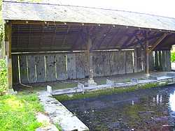 lavoir : les dalles sur chant délimitent les places des lavandières