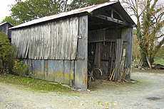 hangar : mur de palis et bardage bois