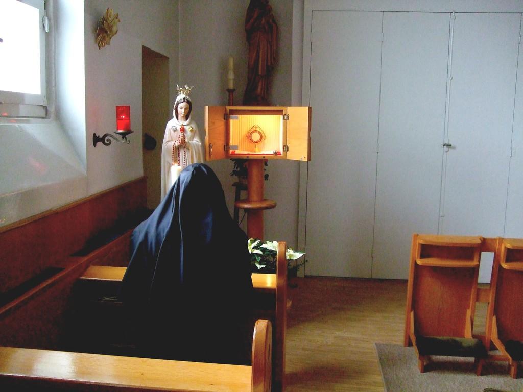 Ordensfrau bei der Anbetung