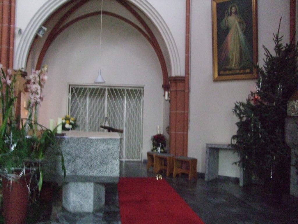 In der Kirche am Altar. Hinter dem Gitter ist unser Chorraum.