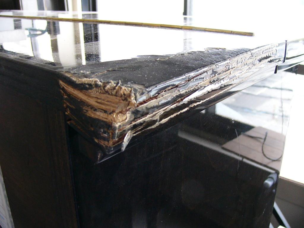 地震で倒れました。数少ない大橋ピアノです。