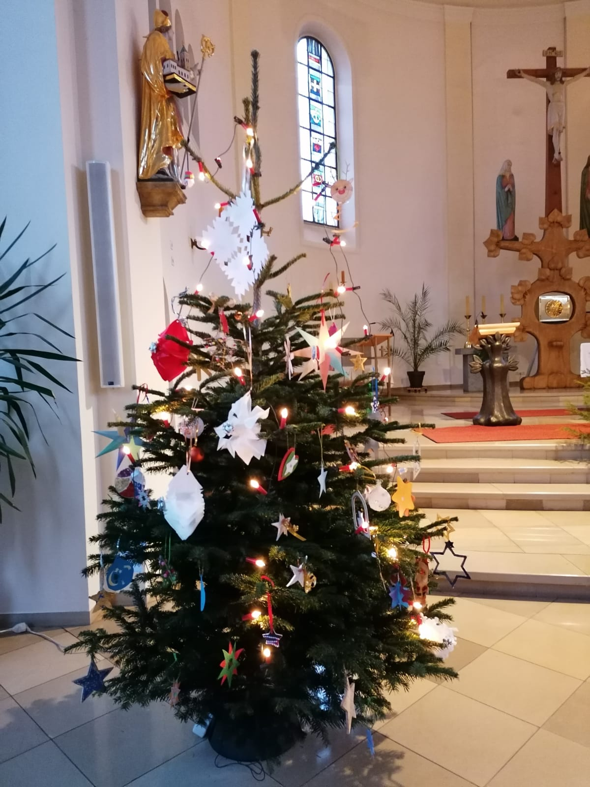 ...der von Kindern der Pfarrgemeinde eigenhändig geschmückte Christbaum...