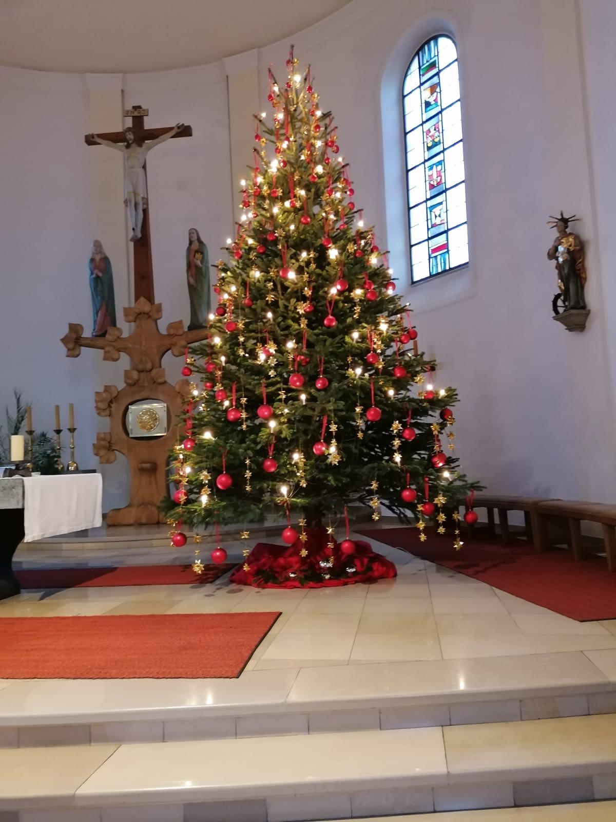 ...der festlich geschmückte Christbaum im Altarraum...