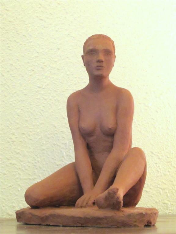 sculpture d'une jeune femme nue assise, accoudée. terre cuite nouveausculpteur.org
