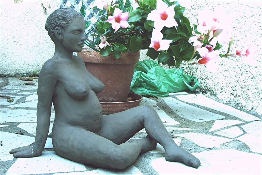 """""""a la playa"""" sculpture femme enceinte, terre noire"""