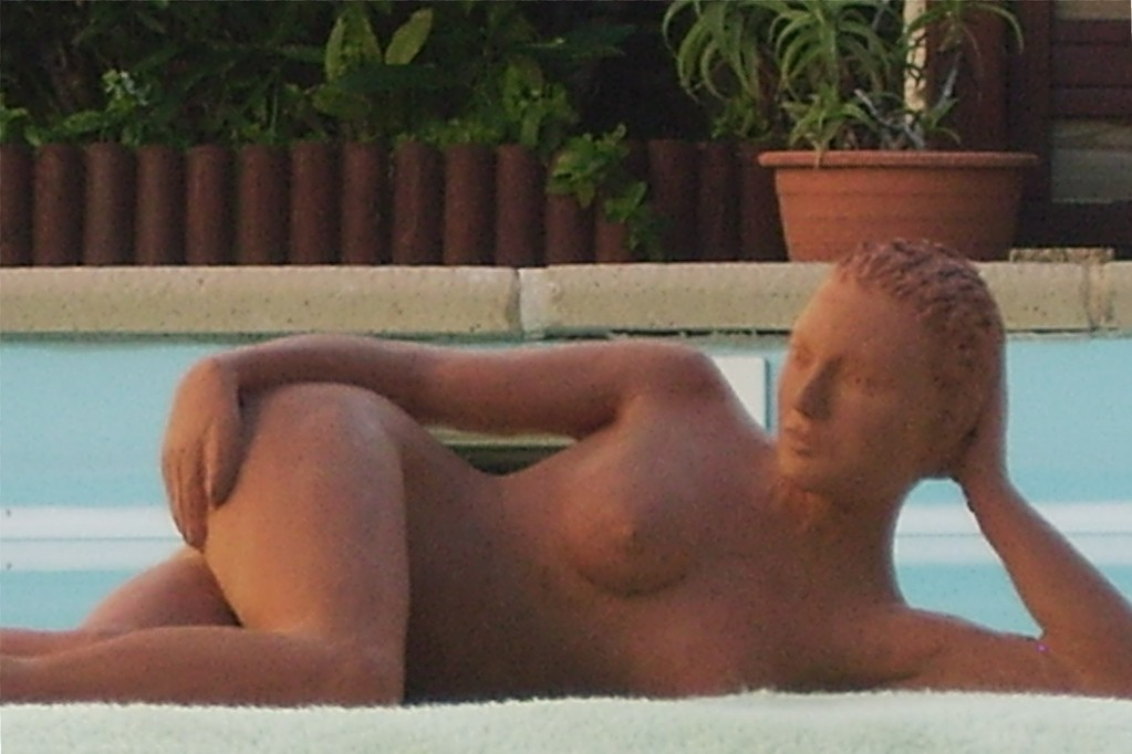 sculpture argile  femme nue alongée
