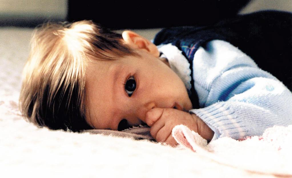 Bébé suçant son pouce