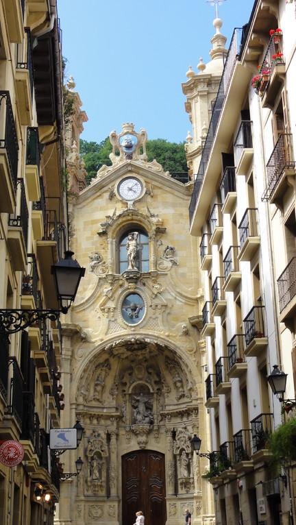 Eglise dans ruelle du vieux quartier de San Sebastian, Espagne