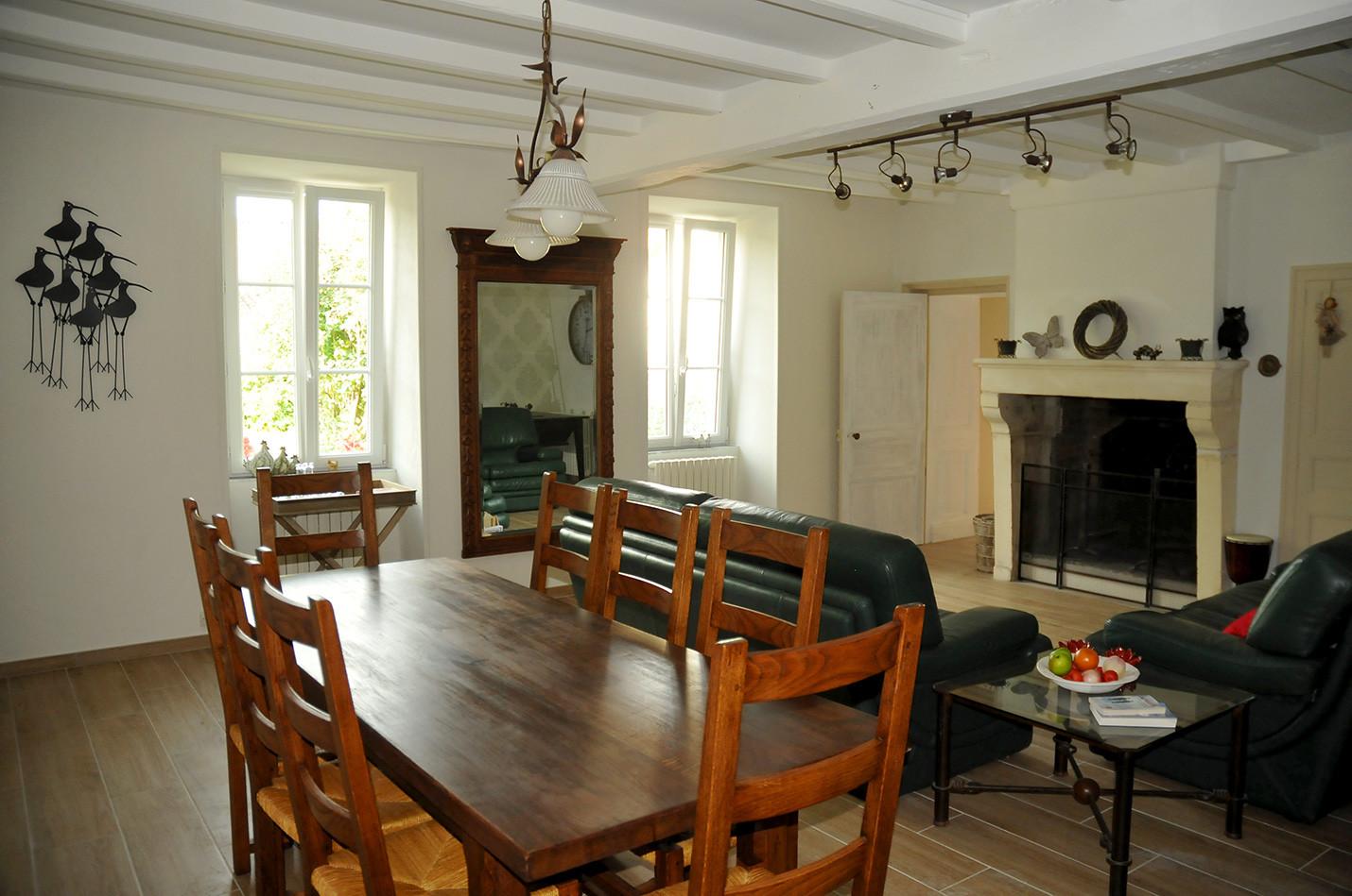 Salle à manger/salon avec cheminée et télévision