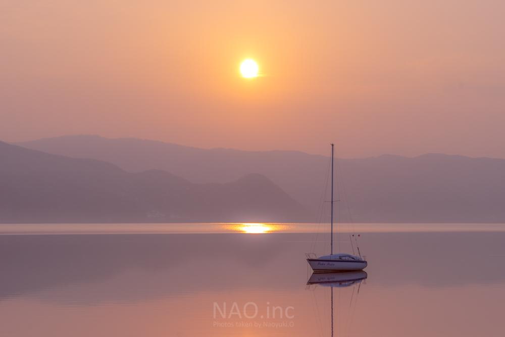 霞がかる洞爺湖の朝。