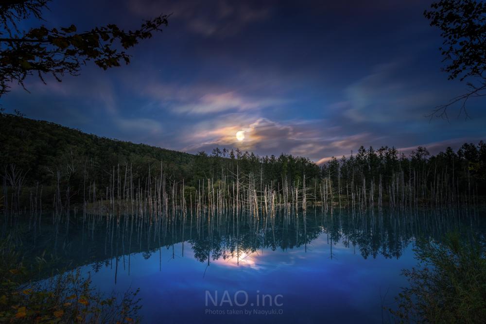 満月とブルーアワーと青い池