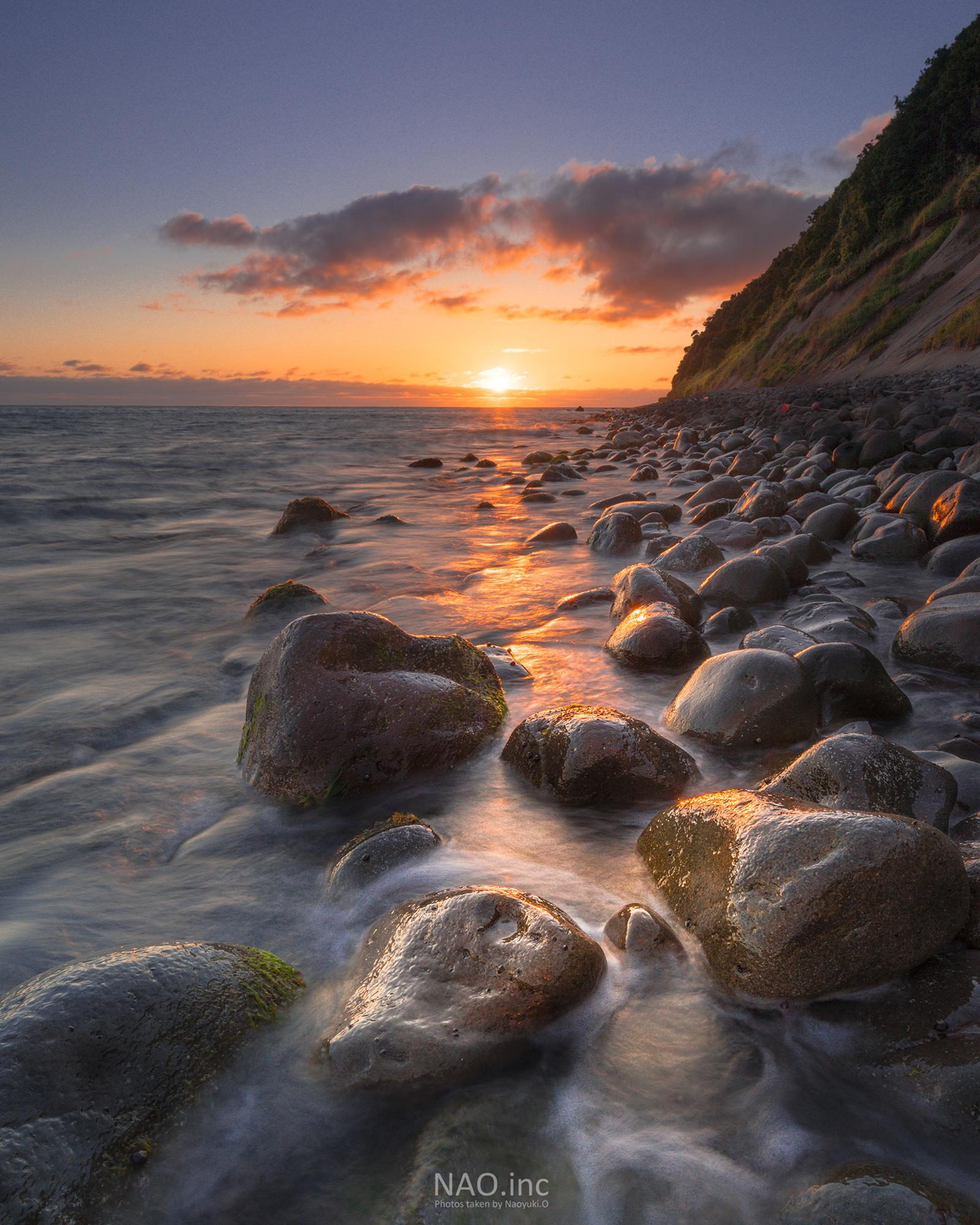 石狩市浜益区の海岸。夕日が沈む数分間だけ岩が輝く。