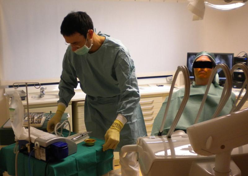 Arzt, Patient und Assistentin sind steril bekleidet