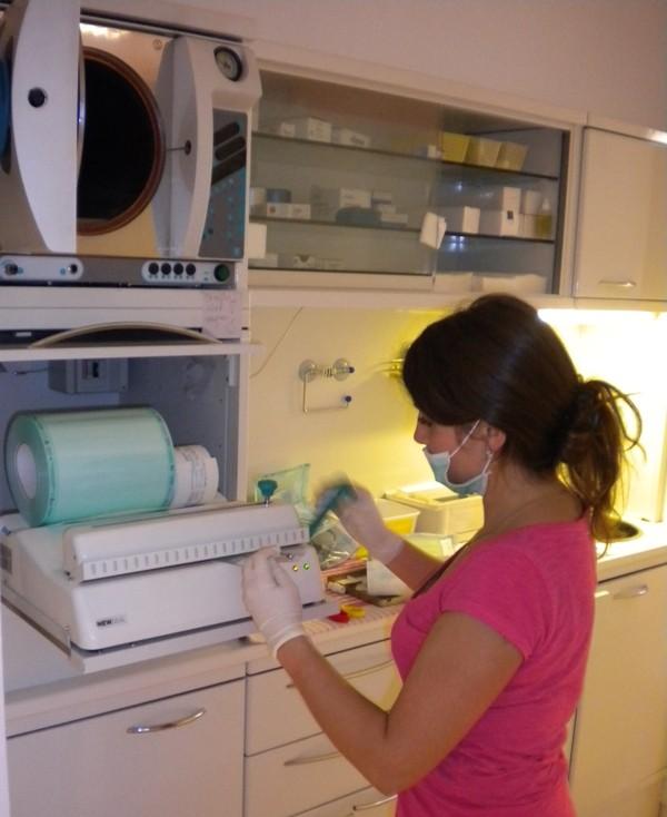 Waschen, desinfizieren, einpacken und sterilisieren des gesamten benutzten Materials
