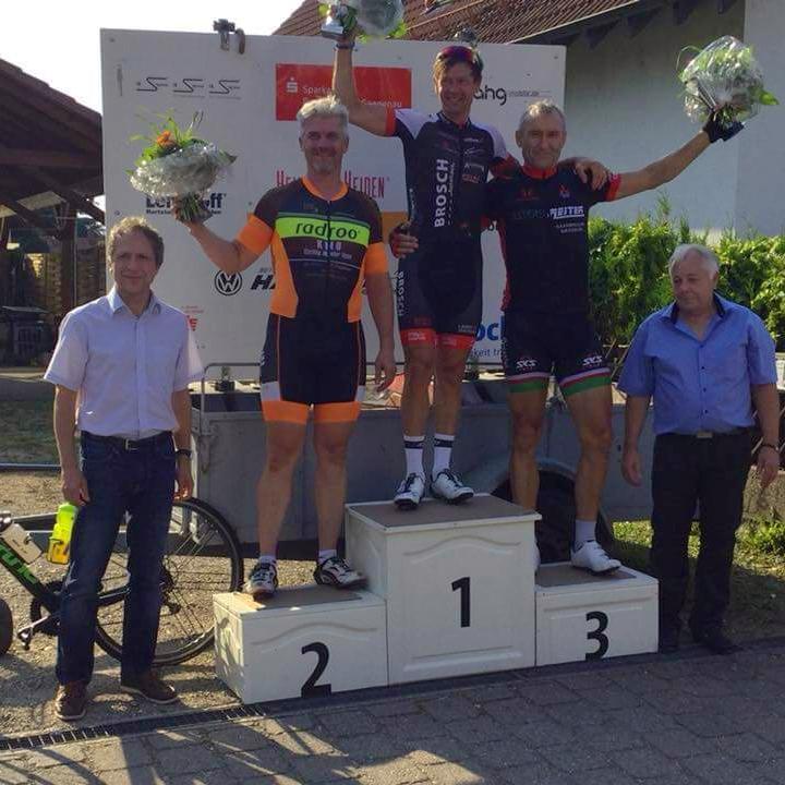 >Das radroo® KMO TEAM ist ein erfolgreiches Master TEAM- Franz Tobaschus beweist in Linkenheim erneut seine Sprintstärke <