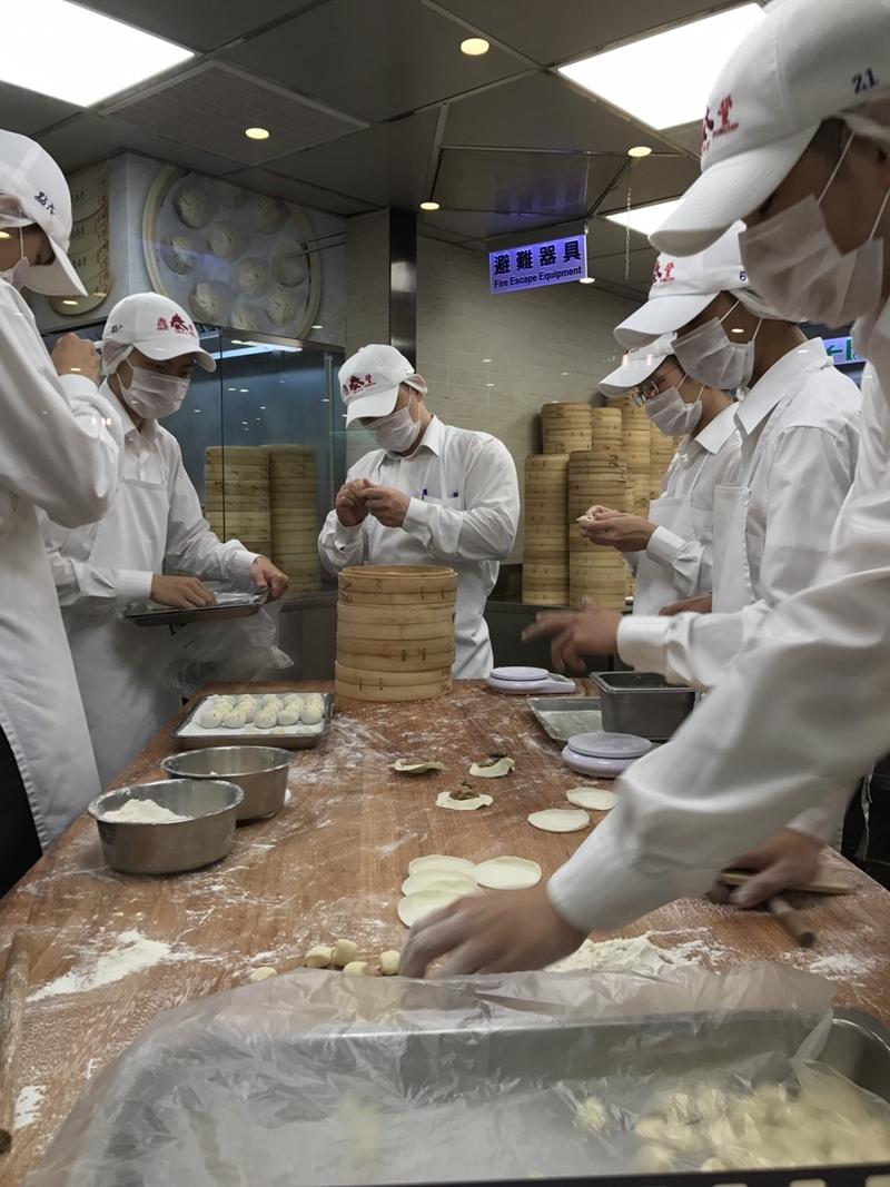 小龍包を作る厨房