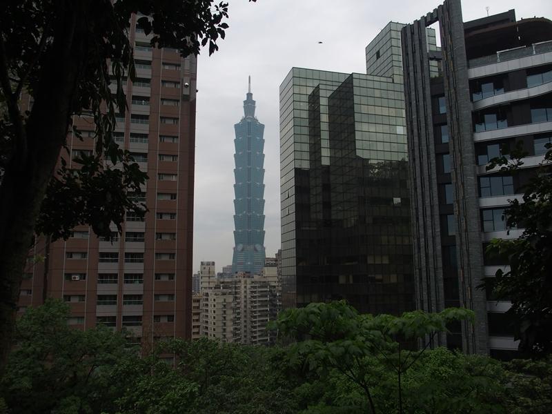 ビルの谷間に台北101