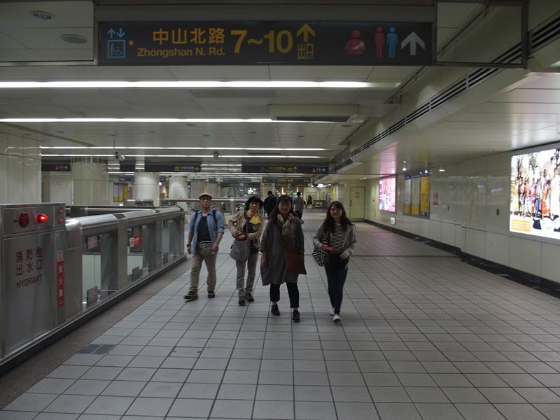 MRT民権西路駅構内を移動中