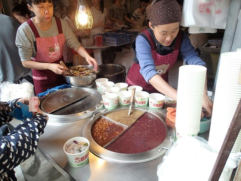 頼阿婆芋圓でタロイモ、さつまいも、 緑茶、胡麻、山芋の入った団子スイーツを注文