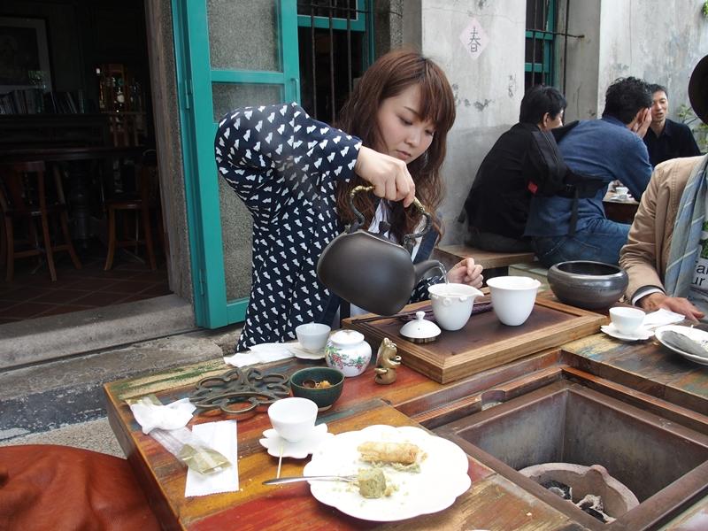 テラス席でお茶を楽しむ