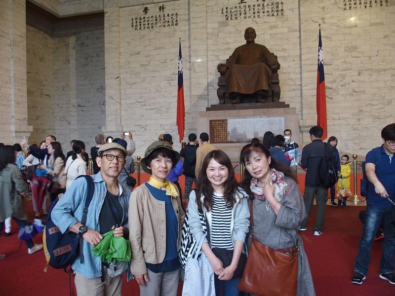 蒋介石の座像をバックに記念撮影Ⅱ