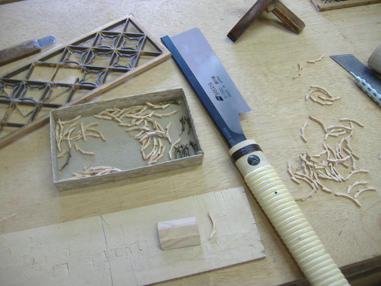 仏壇洗濯・修理 切り離した部品を、極細の「胴付ノコ」でスライスするように1個1個切り取ります。