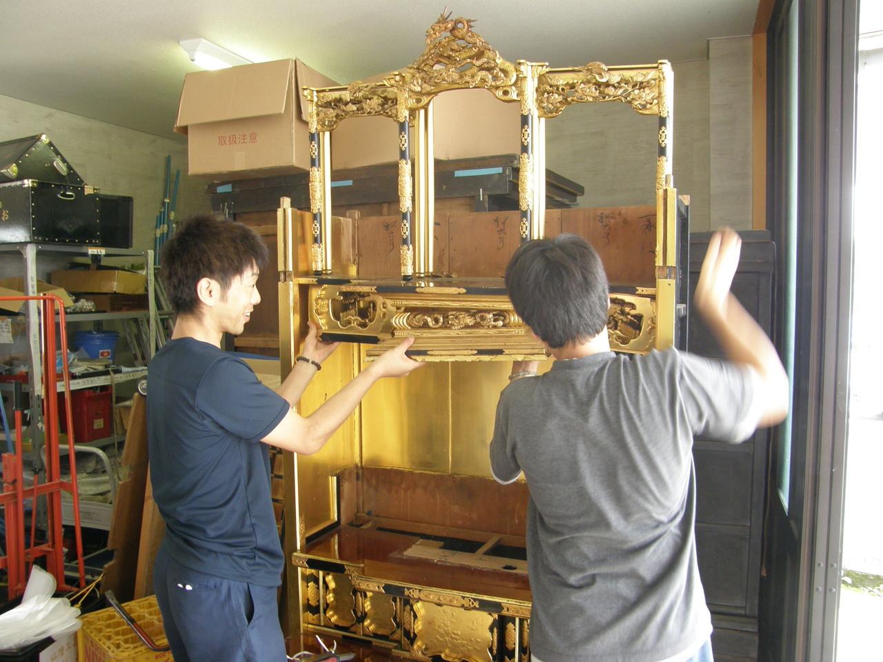 須彌壇や小柱も上へ抜き取る。