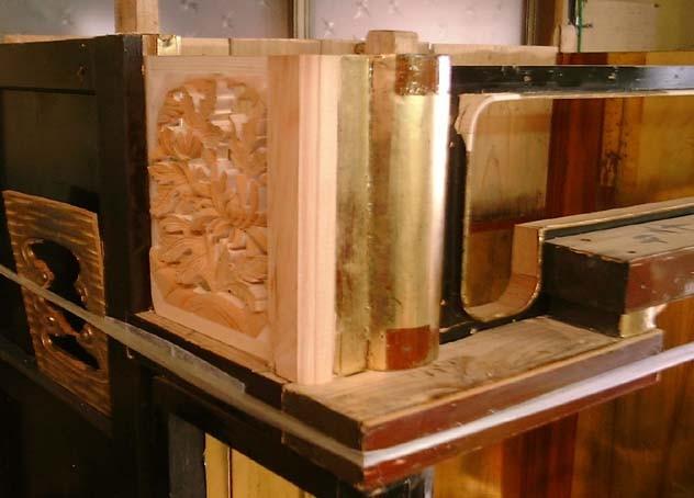 厚みのある彫刻に作り替え、柱も直しました