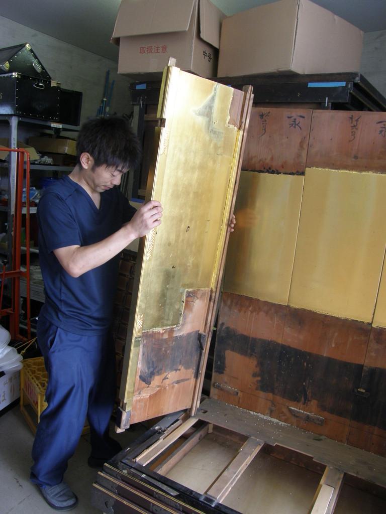 仏壇洗濯・修理 壁を溝から抜き取りると最後に下台輪が残る。